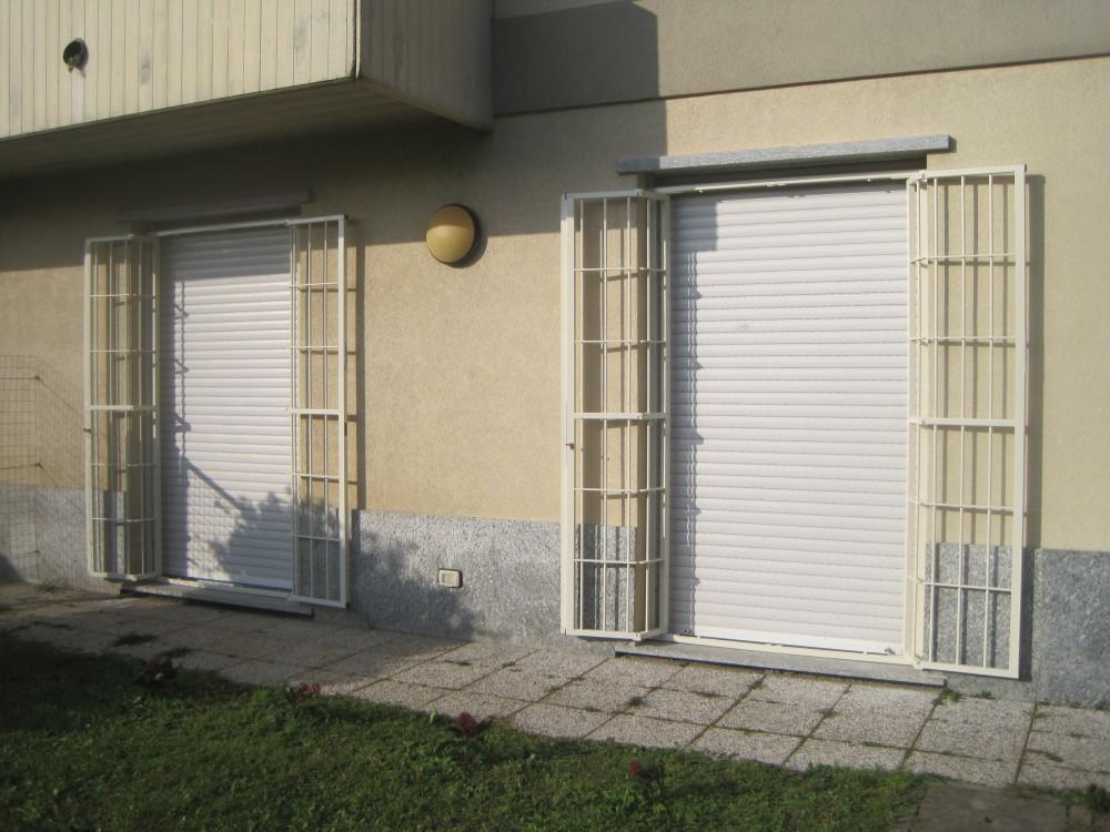 Grate e inferriate apribili con snodo per finestre e porte in ferro e acciaio di produzione - Finestre condominiali aperte o chiuse ...