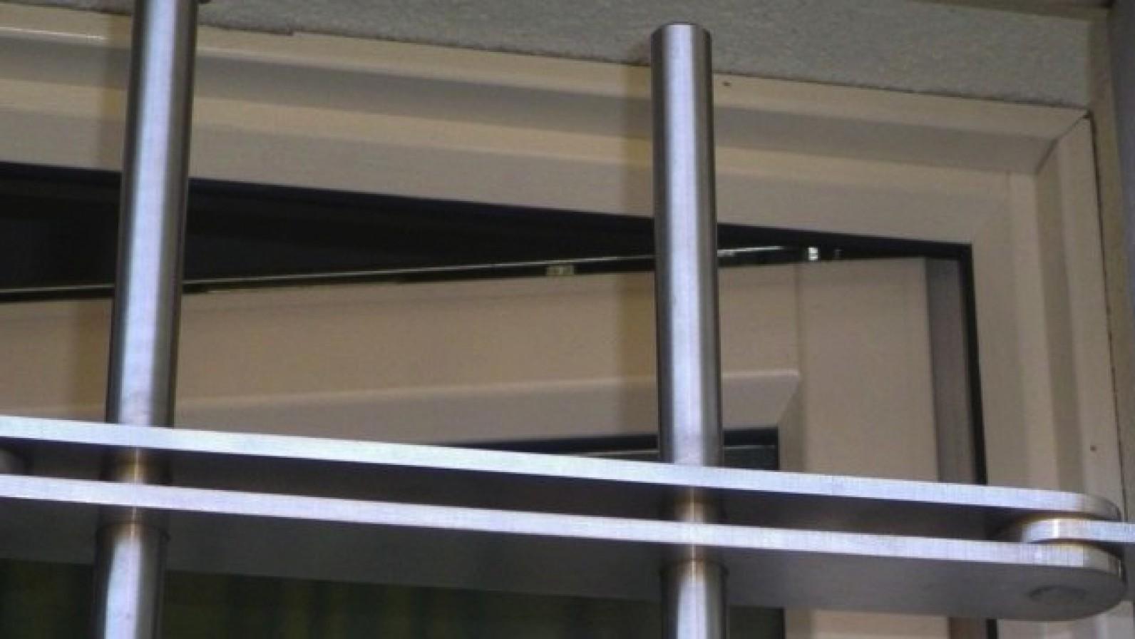 Grate in acciaio inferriate grate di sicurezza per - Inferriate per finestre milano ...
