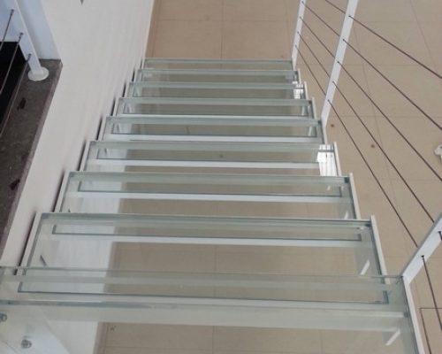 scala-a-giorno-in-ferro-e-vetro-con-ringhiera-cavetti-orizzontali-monza-(2)